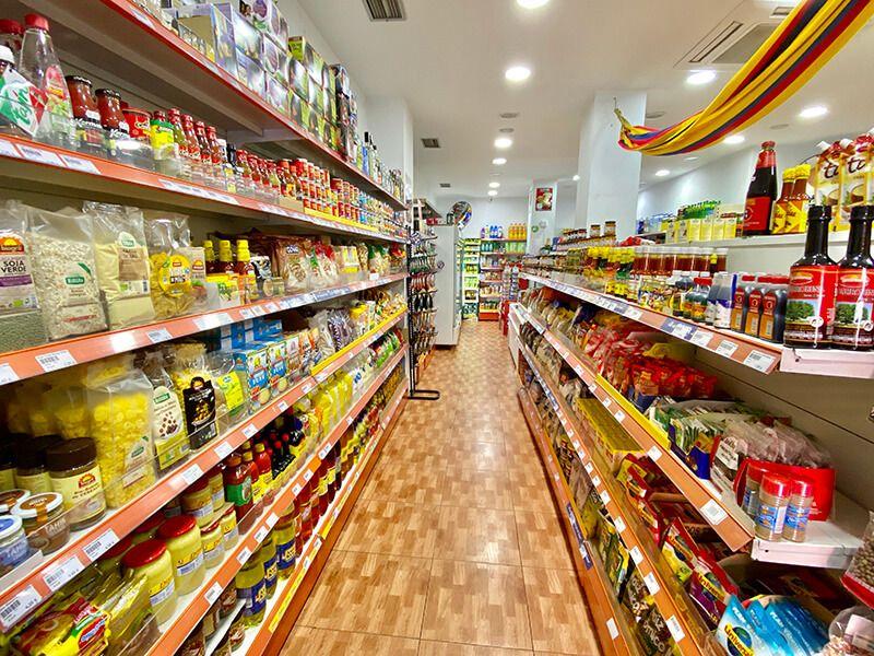 Pasillo de la tienda de Alimentación Ulises Gonzalez en Móstoles, donde se ve gran variedad de productos